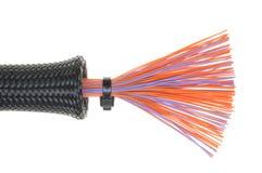 Schützendes Rohr mit Kabeln Stockfoto
