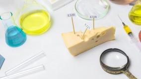 Sch?dliche Lebensmittelzusatzstoffe Im Käse sind Zeichen mit den Codec$e-ergänzungen Sind als nächstes auf dem Tisch Flaschen stockbilder