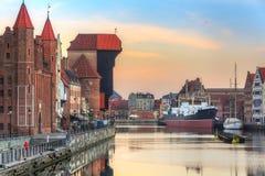 Sch?ne alte Stadt von Gdansk mit historischem Kran in Motlawa-Fluss, Polen stockbild