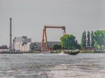 Sch?ne Ansicht eines Bootssegelns auf einem Kanal in der Stadt von Rotterdam lizenzfreie stockfotografie