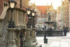 Sch?ne Architektur der alten Stadt in Gdansk mit Neptun-Brunnen bei Sonnenaufgang, Polen stockbild