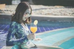 Sch?ne Asain-Frauen mit Bikini genie?en Sommerferien im Swimmingpool stockfotos