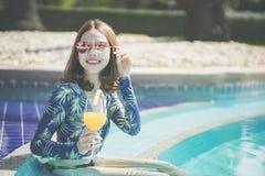 Sch?ne Asain-Frauen mit Bikini genie?en Sommerferien im Swimmingpool lizenzfreies stockbild