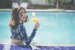 Sch?ne Asain-Frauen mit Bikini genie?en Sommerferien im Swimmingpool stockfoto