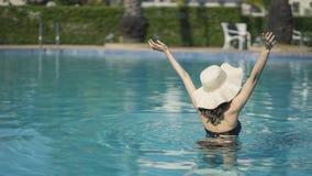 Sch?ne Asain-Frauen mit Bikini genie?en Sommerferien im Swimmingpool stockbilder