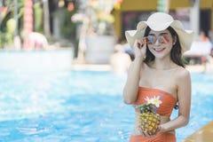 Sch?ne Asain-Frauen mit Bikini genie?en Sommerferien im Swimmingpool stockfotografie