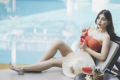 Sch?ne Asain-Frauen mit Bikini genie?en Sommerferien im Swimmingpool lizenzfreie stockfotos