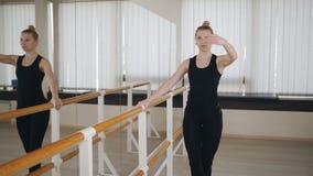 Sch?ne Ballerina, die Tanzen am Barre aus?bt stock video