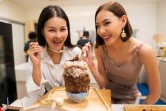 Sch?ne berufst?tige Frauen zwei Schokolade Bingsu essen lizenzfreies stockbild