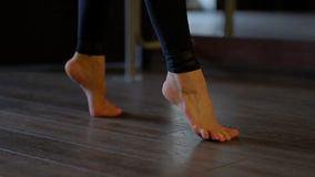 Sch?ne blo?e F??e des Frauent?nzers treten auf Zehen sorgf?ltig auf Boden an der nahen Ansichtzeitlupe Ballett Barre stock video