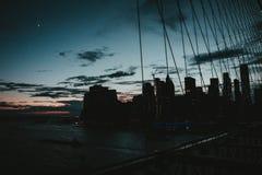 Sch?ne Br?cke von Manhattan mit der Stadt im Hintergrund stockfotografie