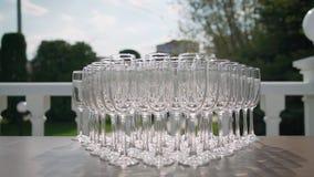 Sch?ne Feiertagstabellengl?ser Wein glassestwo Reihen von Gl?sern auf einer Tabelle mit wei?e tableclothglasses auf Hoch stock video