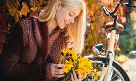 Sch?ne Frau, die in den Wald an einem Falltag geht Gl?ckliches M?dchen auf Herbstweg Sorglose junge Frau im modischen Weinlesepul stockfoto