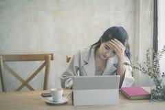 Sch?ne Freiberufler-Frau, die online an ihrem Haus arbeitet lizenzfreie stockbilder