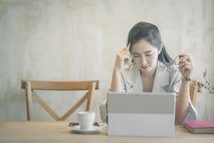 Sch?ne Freiberufler-Frau, die online an ihrem Haus arbeitet lizenzfreies stockbild