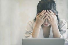 Sch?ne Freiberufler-Frau, die online an ihrem Haus arbeitet stockfoto