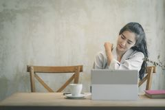 Sch?ne Freiberufler-Frau, die online an ihrem Haus arbeitet lizenzfreies stockfoto