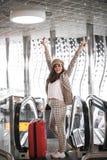 Sch?ne Gesch?ftsfrau auf Rolltreppe im Flughafen stockfotografie
