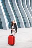 Sch?ne Gesch?ftsfrau nahe dem Hintergrund des Flughafens stockbilder