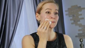 Sch?ne gesunde Frau, die ?lgesichtsmassage tut Gesundheit und Hautpflege, chinesische Massage 4K stock footage