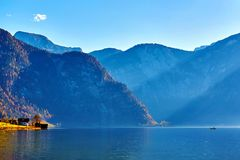 Sch?ne Herbstlandschaft von Hallstatt See mit Boot und von B?umen am sonnigen Tag in den ?sterreichischen Alpen, Salzkammergut-Re stockfotos