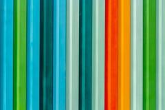 Sch?ne horizontale Beschaffenheit des bunten roten gr?n-blauen grauen Zauns des Orangengelbs Metall stockfoto