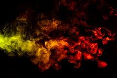 Sch?ne horizontale Rauchs?ule im hellen Neonlicht von Rotem, von Gr?nem, von Gelbem und von Orange auf einem schwarzen Hintergrun stockbilder