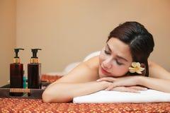 Sch?ne junge Frau, die Massage im Badekurortsalon empf?ngt lizenzfreie stockfotos
