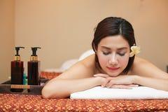 Sch?ne junge Frau, die Massage im Badekurortsalon empf?ngt stockfotos