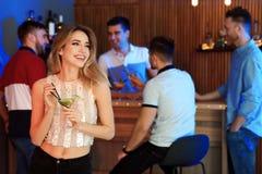 Sch?ne junge Frau mit Glas von Martini-Cocktail stockfotografie