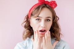 Sch?ne junge Frau mit Stift-obenmake-up und -frisur Atelieraufnahme auf rosa Hintergrund stockfotos