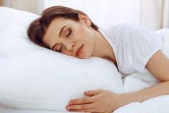 Sch?ne junge schlafende Frau beim L?gen in ihrem Bett Konzept der angenehmer und Restwiedereinsetzung f?r Berufsleben lizenzfreies stockbild