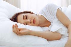 Sch?ne junge schlafende Frau beim L?gen in ihrem Bett Konzept der angenehmer und Restwiedereinsetzung f?r Berufsleben stockfotos