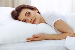 Sch?ne junge schlafende Frau beim L?gen in ihrem Bett Konzept der angenehmer und Restwiedereinsetzung f?r Berufsleben lizenzfreie stockfotografie