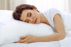Sch?ne junge schlafende Frau beim L?gen in ihrem Bett Konzept der angenehmer und Restwiedereinsetzung f?r Berufsleben lizenzfreie stockfotos
