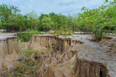 Sch?ne Landschaft von Wasserstr?men durch den Boden haben Abnutzung und Einsturz des Bodens in eine nat?rliche Schicht bei Pong Y lizenzfreies stockfoto
