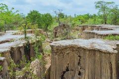 Sch?ne Landschaft von Wasserstr?men durch den Boden haben Abnutzung und Einsturz des Bodens in eine nat?rliche Schicht bei Pong Y stockfotografie