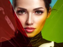 Sch?ne Modefrau mit farbige Einzelteile Attraktives wei?es M?dchen mit lebendem korallenrotem Make-up stockfoto