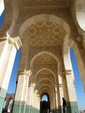 Sch?ne Moschee Hassan II ein Architekturmeisterwerk, das Sonnenlicht gegen?berstellt stockfotografie