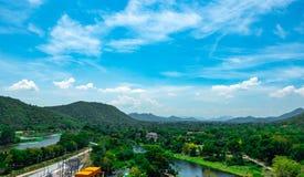 Sch?ne Naturlandschaft des Gebirgszugs mit Sonnenaufganghimmel und -wolken Stadt im Gebirgstal in Thailand Landschaft des Berges stockfotos