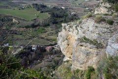 Sch?ne Stadt auf einen Berg in der spanischen Provinz von M?laga in Andalusien Ansicht von lizenzfreie stockbilder