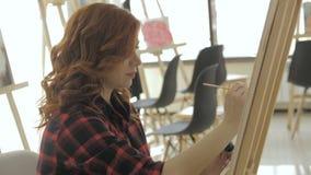 Sch?ne Stellung der schwangeren Frau nahe Fenster im Kunststudio stock video