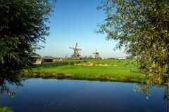 Sch?ne Windm?hlenlandschaft Zaanse Schans in Holland, die Niederlande stockbilder
