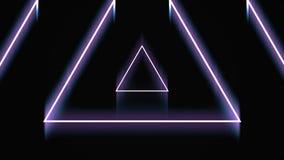 Sch?ner abstrakter Dreiecktunnel mit den hellen Neonlinien, die sich schnell auf schwarzem Hintergrund, nahtlose Schleife verschi stock video