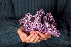 Sch?ner Blumenstrau? von purpurroten lila Blumen in den M?dchenh?nden lizenzfreie stockfotos