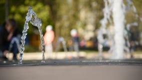 Sch?ner Brunnen im Stadtpark im Sommer stock video