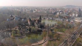 Sch?ner Flug auf dem quadcopter ?ber dem Kloster in der Stadt von Lorsch Fr?hlingsansicht des Lorsch-Klosters deutschland stock video footage