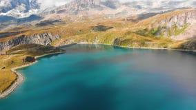 Sch?ner Gebirgssee nahe Matterhorn stock video footage