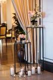 Sch?ner Heiratsdekorbogen f?r die Zeremonie Heiratsfotozone am Festival mit frischen Blumen stockbild