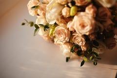 Sch?ner Hochzeitsblumenstrau? Stilvolle Heiratsblumenstrau?braut von rosa Rosen, wei?e Gartennelke, gr?ne Blumen stockfoto